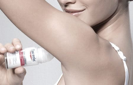 Una mujer utiliza Eucerin 48 h Antitranspirante Roll-On